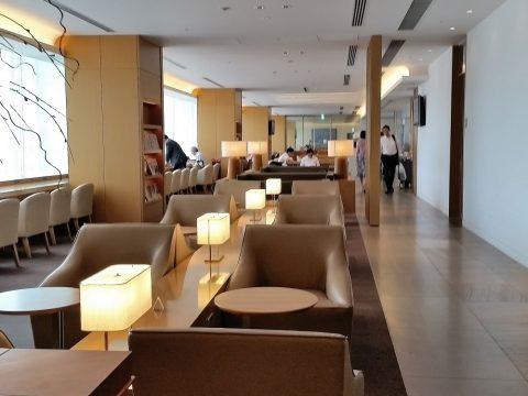 成田空港国際線サクララウンジ本館3Fの縦長のエリア