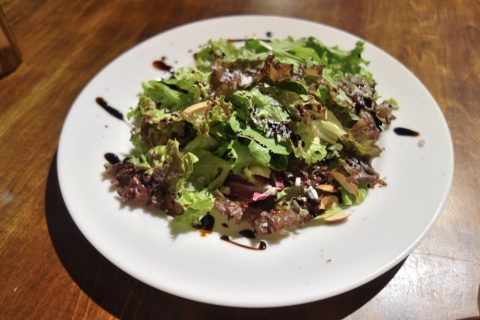 宮古島のダイニングバーBernie's-Diningナッツとゴルゴンゾーラのサラダ