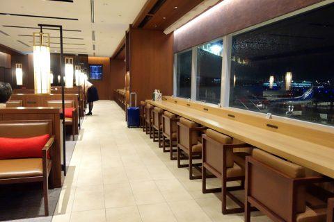 福岡空港サクララウンジのカウンター席