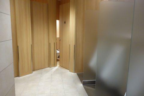 福岡空港サクララウンジのトイレの個室