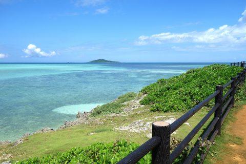 池間大橋の麓にある展望所から見える大神島