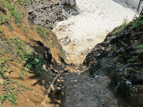 池間ロープの崖にかけられている綱