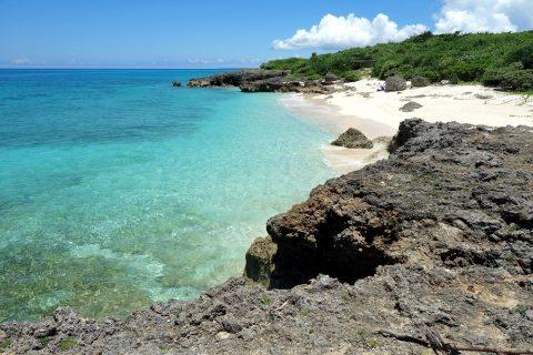 来間島のプライベートビーチ「ムスヌン浜」を崖の上から眺める