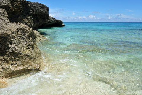 来間島のプライベートビーチ「ムスヌン浜」崖の下