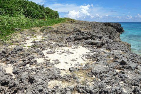 来間島のプライベートビーチ「ムスヌン浜」の崖