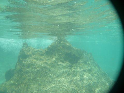 来間島のプライベートビーチ「ムスヌン浜」の岩