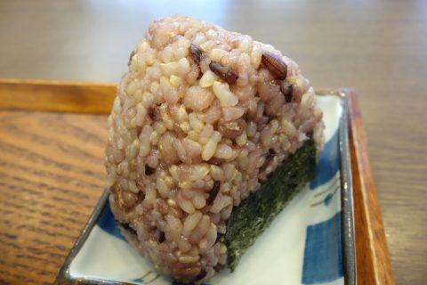 宮古島なびぃ食堂の玄米おにぎり100円