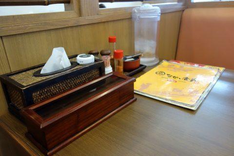 宮古島なびぃ食堂のテーブル席