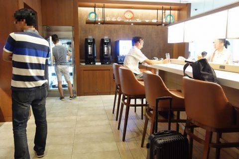 那覇空港サクララウンジのカウンター席
