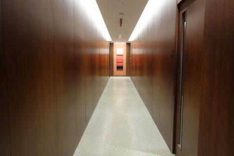 那覇空港サクララウンジの長い廊下