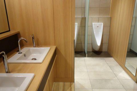 那覇空港サクララウンジの男性用トイレ