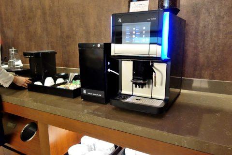 那覇空港サクララウンジのコーヒーメーカー