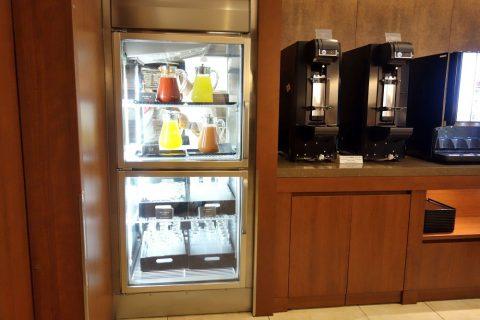 那覇空港サクララウンジのソフトドリンクとビールサーバー