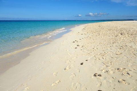 宮古島前浜ビーチの何キロにも渡る砂浜