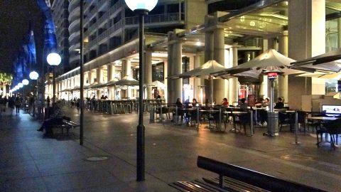 サーキュラーキーの夜景とレストラン