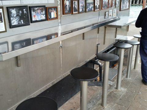 harrys-cafe-de-wheels-Woolloomoolooのカウンター席