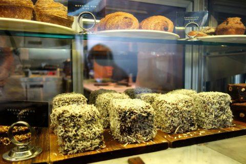 """シドニーのカフェSONOMA""""Woollahra""""店のラミントン"""