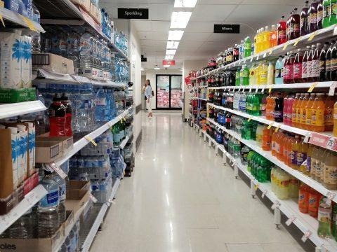 シドニーのスーパーで水を買う