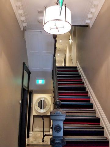 sydney-hotel-challisの階段とエレベーター
