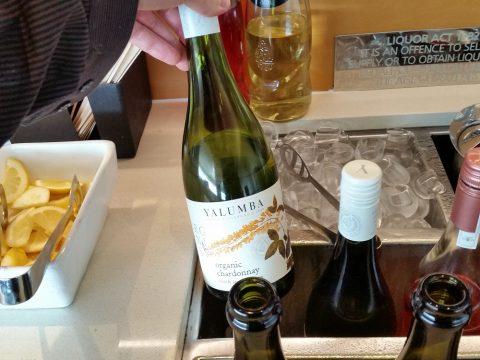 シドニー空港カンタス航空ビジネスラウンジの白ワイン