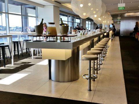 シドニー空港カンタス航空ビジネスラウンジBarカウンター