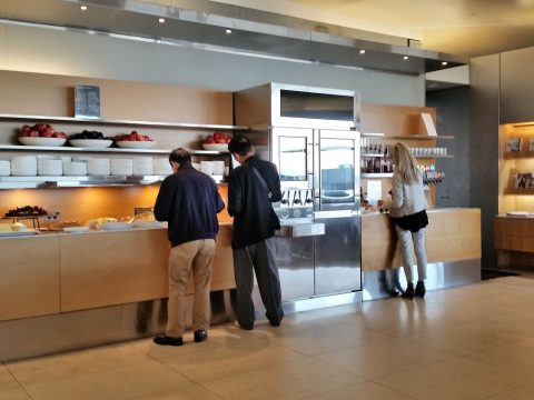 シドニー空港カンタス航空ビジネスラウンジのビュッフェ