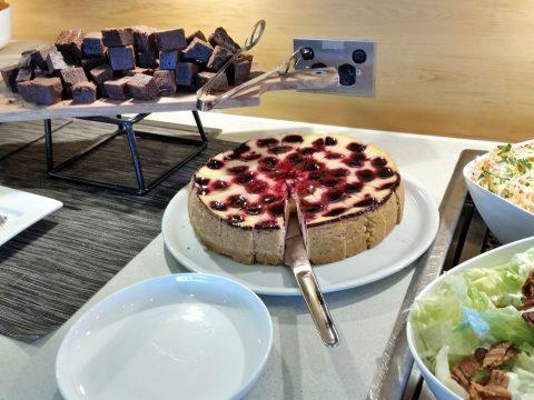 シドニー空港カンタス航空ビジネスラウンジのケーキ