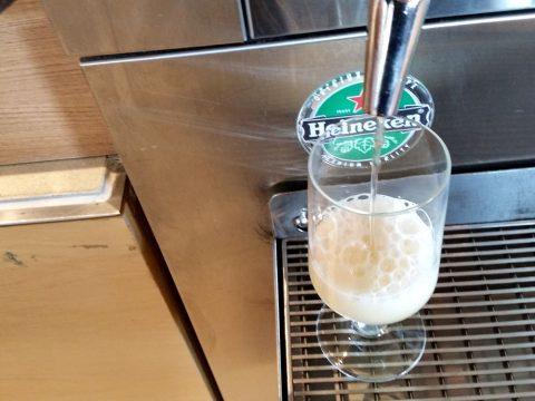シドニー空港カンタス航空ビジネスラウンジのビールグラス