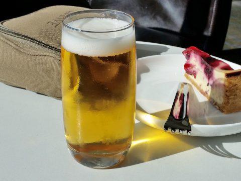 シドニー空港カンタス航空ビジネスラウンジで飲むハイネケンビール