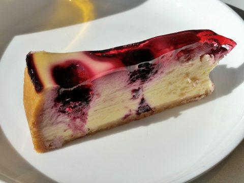シドニー空港カンタス航空ビジネスラウンジのブルーベリーチーズケーキ
