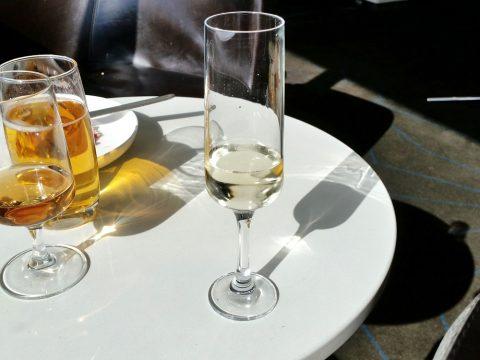 シドニー空港カンタス航空ビジネスラウンジのスパークリングワインは安物