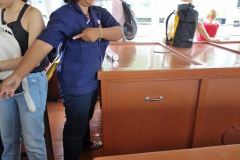 チャオプラヤー・エクスプレスボートの係員