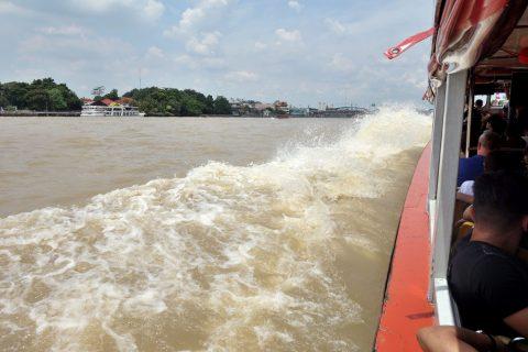 チャオプラヤー・エクスプレスボートの水しぶき