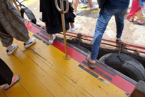 チャオプラヤー・エクスプレスボートの船と岸の隙間