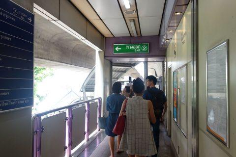 サパーンタークシン駅2番出口