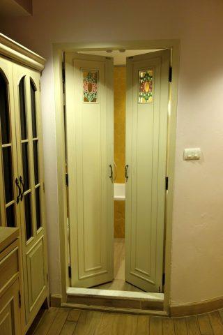 SALILHOTEL-SUKHUMVIT-SOI11バスルームへの扉Orchidルーム