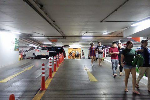 タイ文化センター駅SCの駐車場