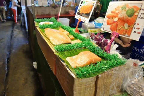 タラートロットファイ・ラチャダーの生魚