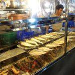 バンコクの屋台「タラートロットファイ・ラチャダー」で大きな魚を味わう!