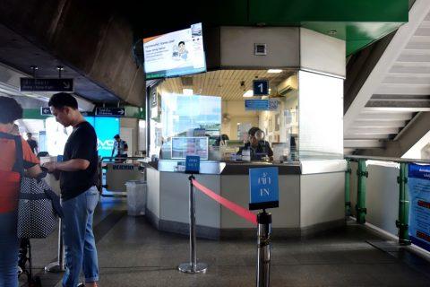 バンコクBTS駅の窓口で両替