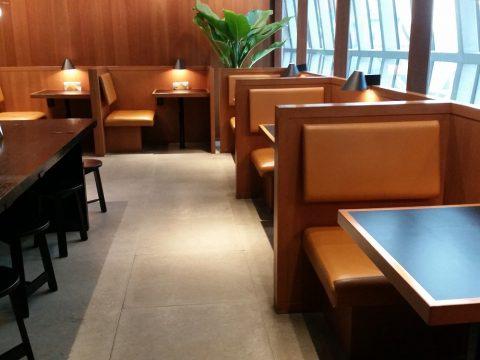 バンコク・キャセイパシフィックラウンジのヌードルバーのテーブル