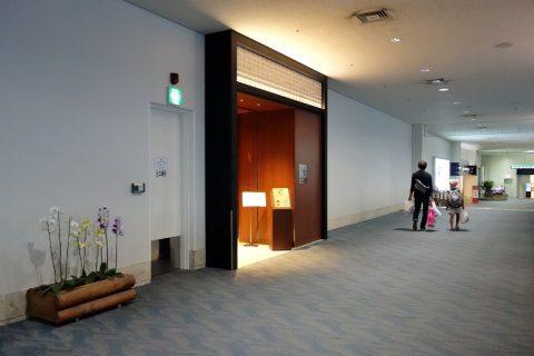 那覇空港サクララウンジの入口