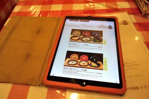 羽田空港国際線「神楽坂グラタン食堂」のメニュー表はタブレット