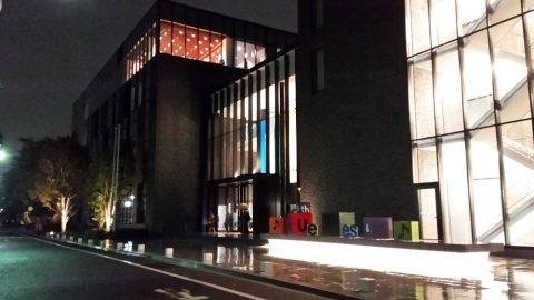 武蔵野音楽大学江古田新キャンパスのエントランス前