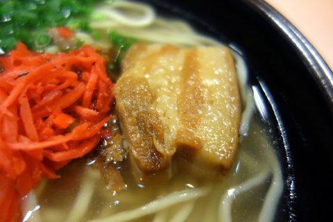 沖縄そばの三枚肉とかつお出汁