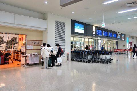 那覇空港到着ロビーのそば屋
