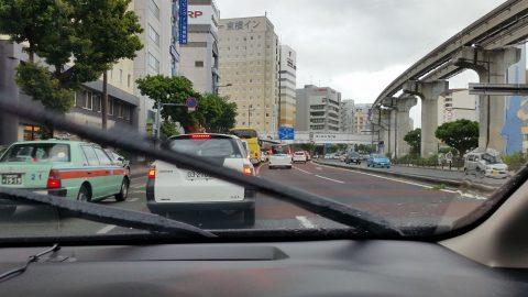 雨天の沖縄の渋滞