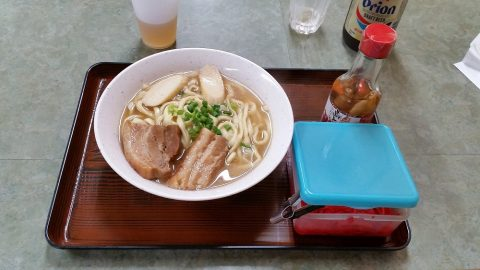 那覇で24時間営業の食堂「三笠」沖縄そば600円