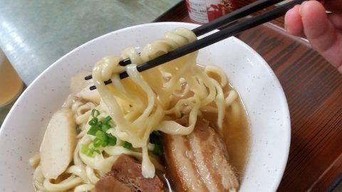 那覇で24時間営業の食堂「三笠」そばの太麺