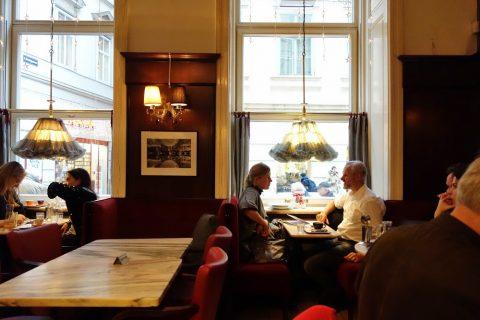 ウィーンのカフェで食事